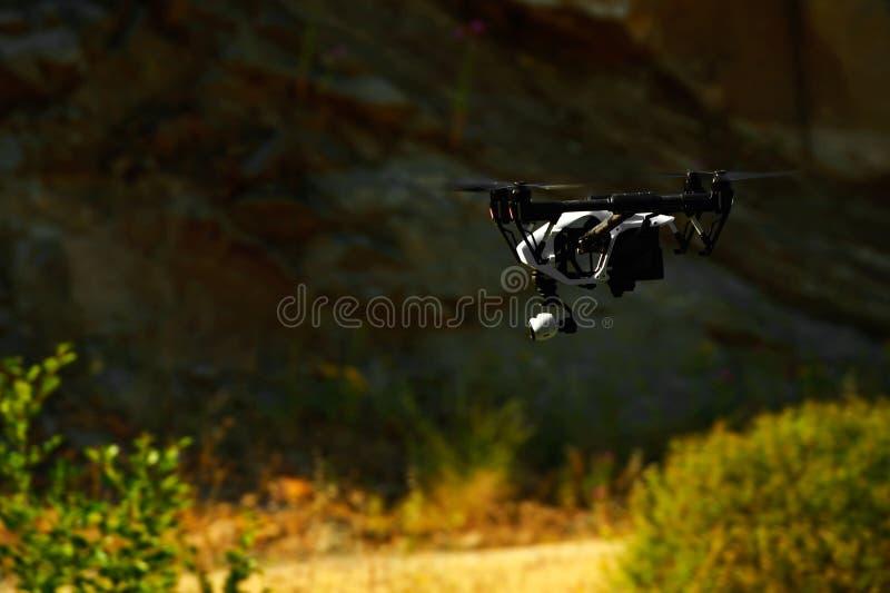 El volar con un abejón para el vídeo y la foto imagenes de archivo