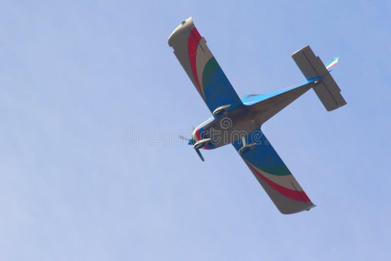 El volar en el cielo azul fotos de archivo