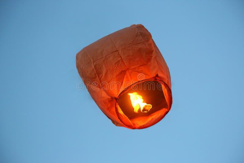 El volar en la linterna de papel del fuego del cielo imágenes de archivo libres de regalías
