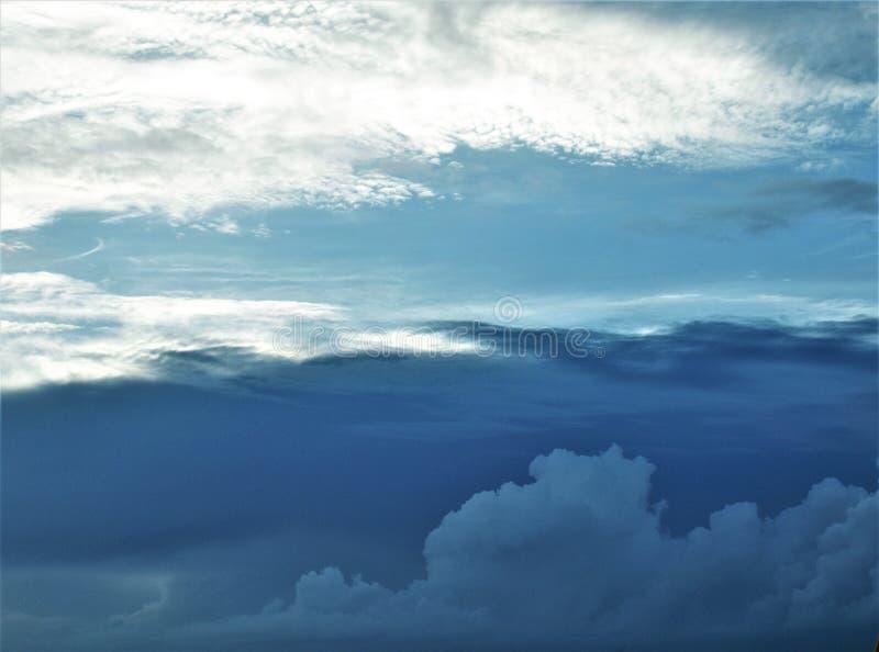 El volar entre las nubes fotos de archivo