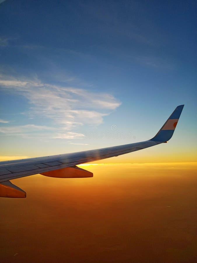 El volar hacia puesta del sol fotografía de archivo libre de regalías