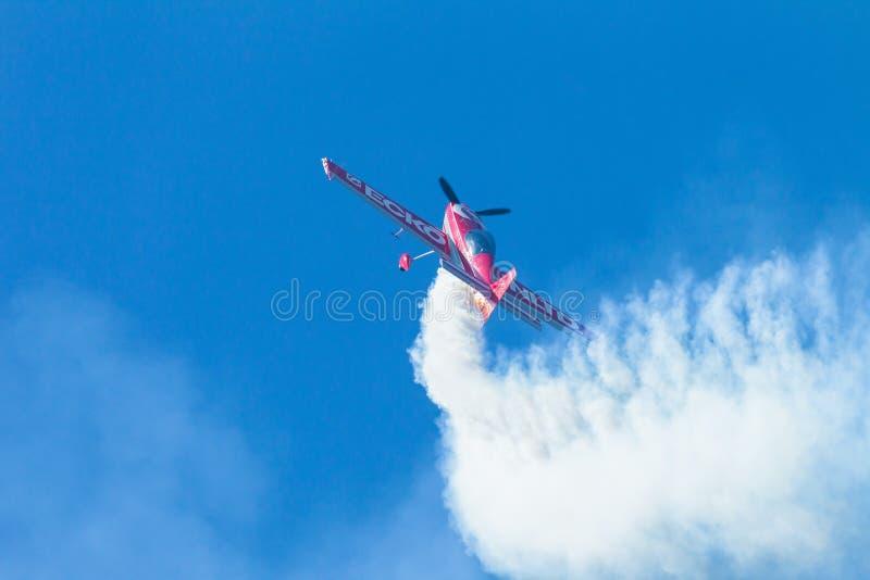 El volar plano de la acrobacia del cielo azul fotos de archivo