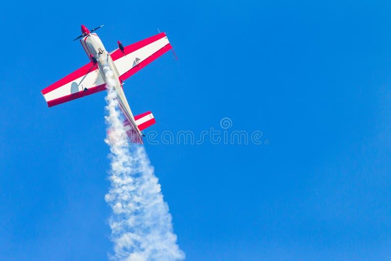El volar plano de la acrobacia del cielo azul imágenes de archivo libres de regalías