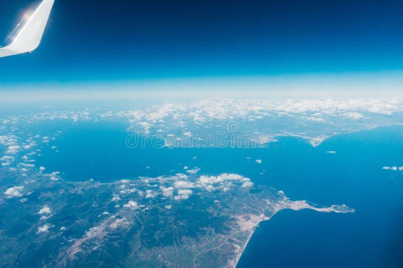 El volar sobre el Estrecho de Gibraltar foto de archivo libre de regalías