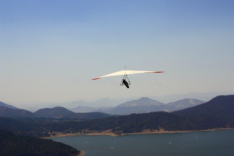 El volar sobre el lago imagen de archivo