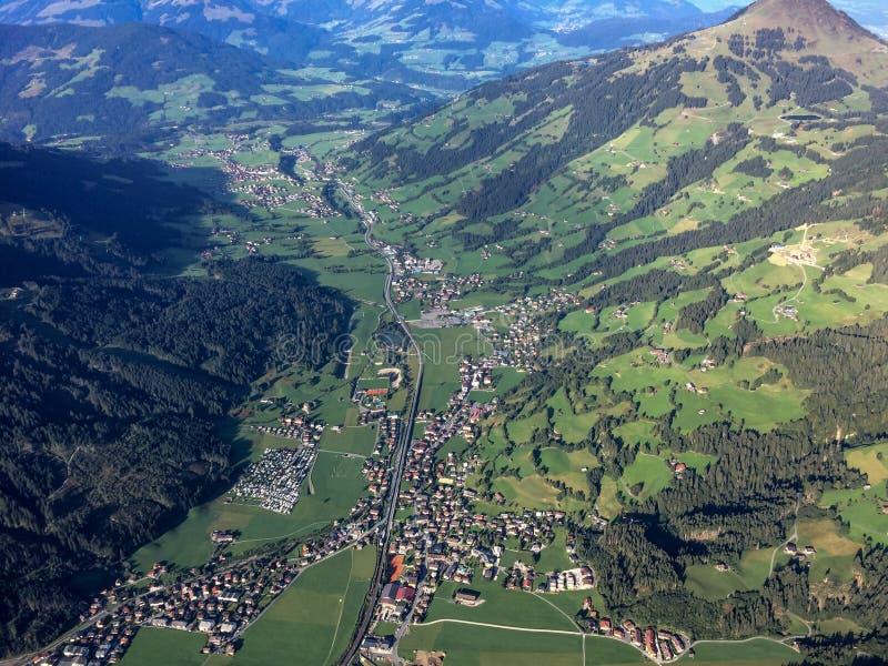 El volar sobre Kirchberg en una cesta de aerostación fotografía de archivo