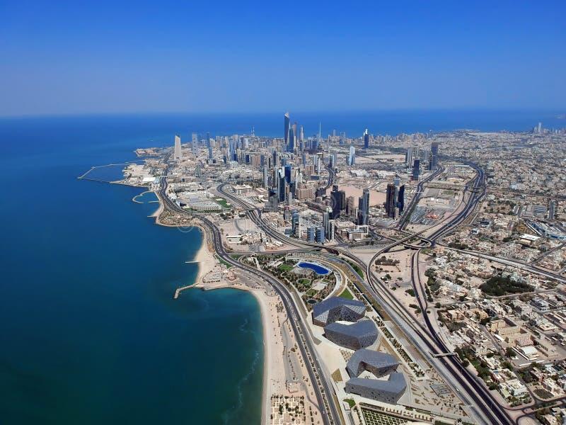 El volar sobre la ciudad de Kuwait en un día de verano foto de archivo libre de regalías