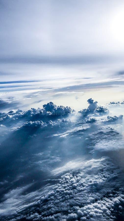 El volar sobre las nubes fotografía de archivo libre de regalías