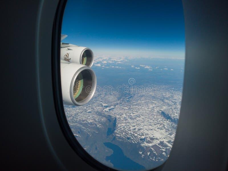 El volar sobre Norteam?rica durante estaci?n de primavera Paisaje de la ventana del aeroplano POV fotos de archivo
