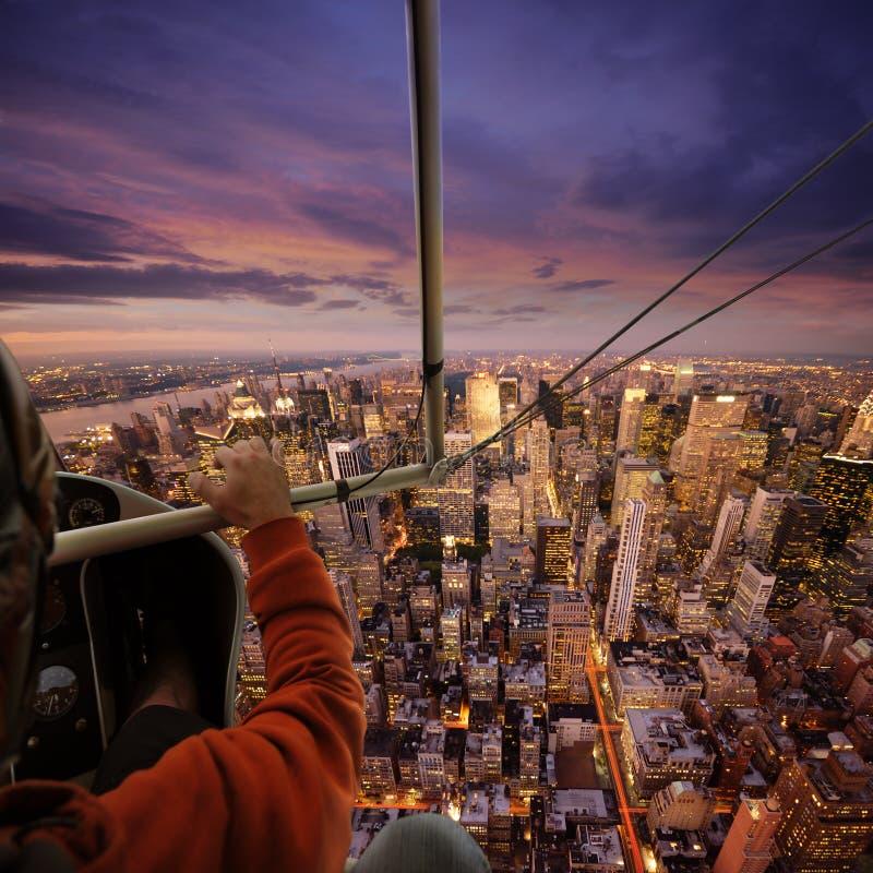 El volar sobre NY foto de archivo