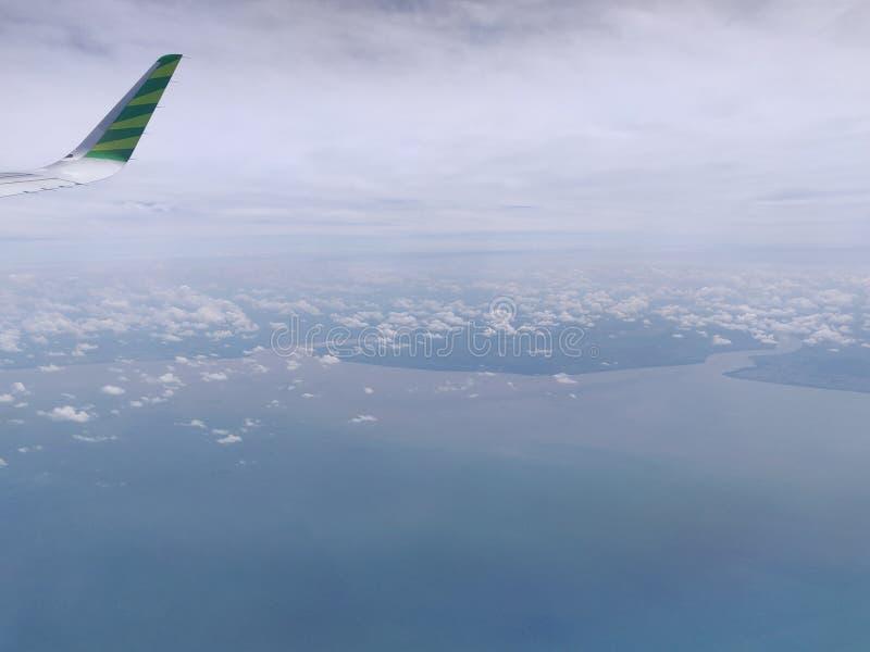 El volar y el viajar, visi?n desde la ventana del aeroplano en el ala imagen de archivo