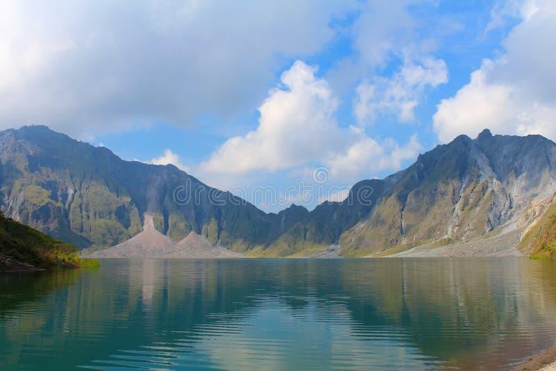 El volcán activo Pinatubo y el lago del cráter, Filipinas foto de archivo libre de regalías