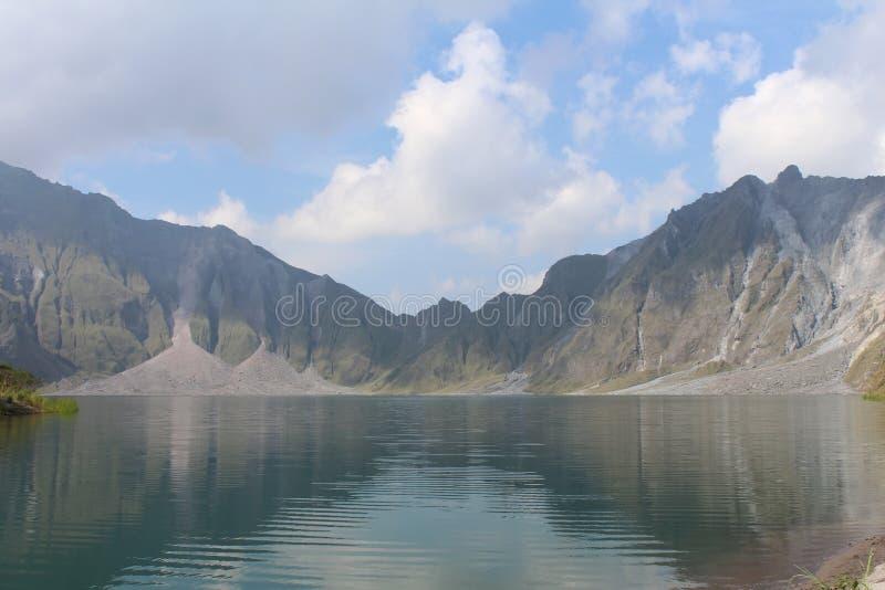 El volcán activo Pinatubo y el lago del cráter, Filipinas imagenes de archivo
