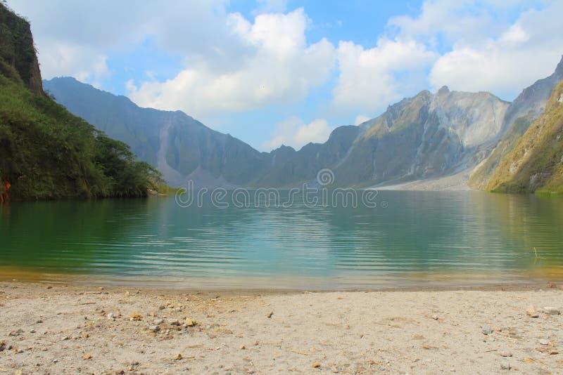 El volcán activo Pinatubo y el lago del cráter, Filipinas foto de archivo