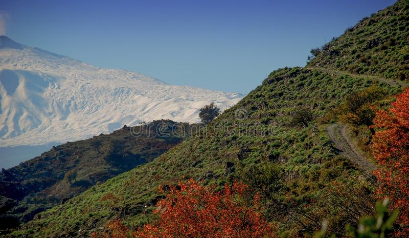 El volcán del Etna visto de las montañas de Peloritan imágenes de archivo libres de regalías