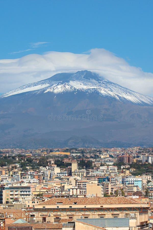 El volcán famoso del monte Etna en Sicilia, Italia capturó en imagen vertical con las casas que pertenecían a la ciudad Catania s fotografía de archivo