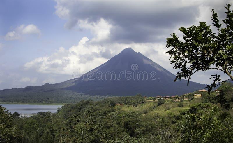 El volcán y el lago de Arenal en Costa Rica fotografía de archivo
