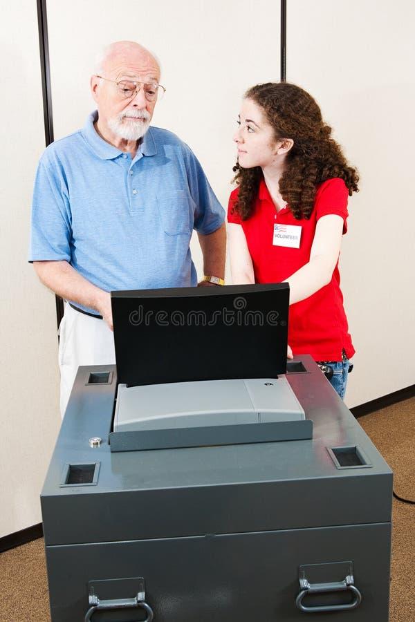 El voluntario de los jóvenes ayuda al votante imagen de archivo libre de regalías