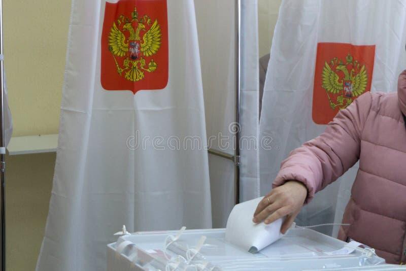 El votante sostiene el sobre en su mano sobre el fondo de la votación El concepto de libertad de la democracia ilustración del vector