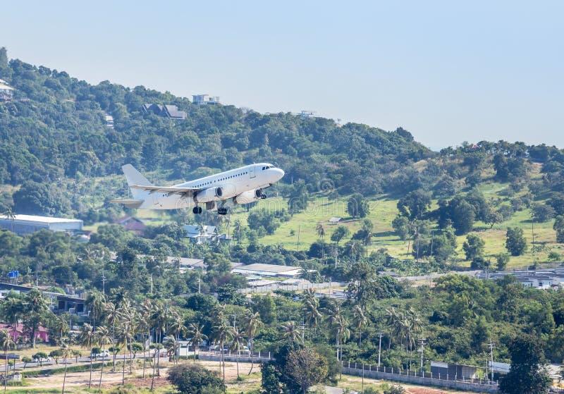 El vuelo comercial blanco del aeroplano saca de pista en el aeropuerto de Samui, isla de Samui, Surat Thani, Tailandia foto de archivo libre de regalías