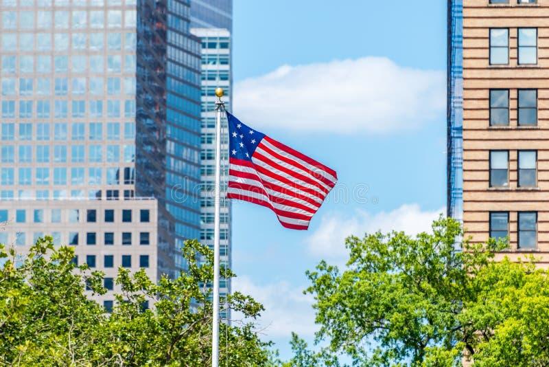 El vuelo de la bandera de Estados Unidos en Lower Manhattan imágenes de archivo libres de regalías