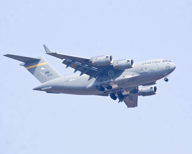 El vuelo de los aviones militares del C-17 Globemaster III de Boeing en la aero- demostración 2013 de la India fotos de archivo