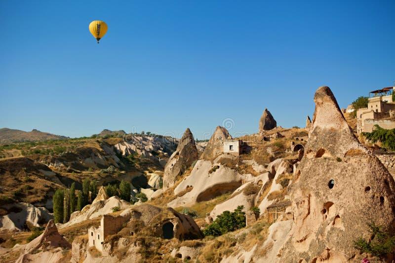 El vuelo del globo de la mañana imagen de archivo libre de regalías