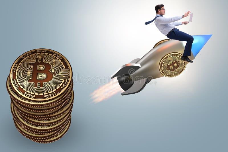El vuelo del hombre de negocios en el cohete en concepto de levantamiento del precio del bitcoin imágenes de archivo libres de regalías