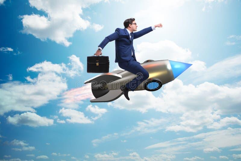 El vuelo del hombre de negocios en el cohete en concepto del negocio imagenes de archivo
