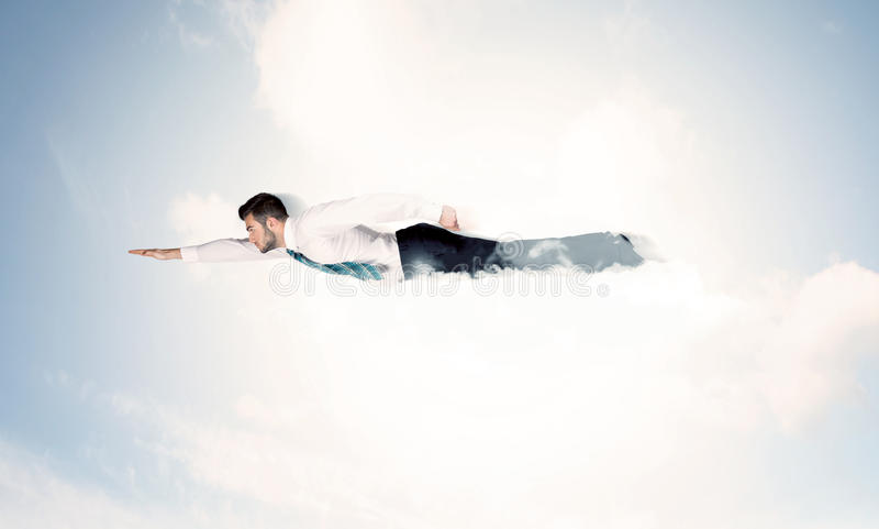 El vuelo del hombre de negocios le gusta un super héroe en nubes en el cielo imagen de archivo