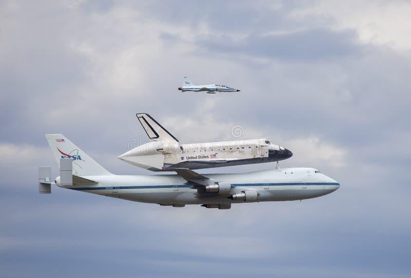El vuelo pasado del descubrimiento del transbordador espacial foto de archivo
