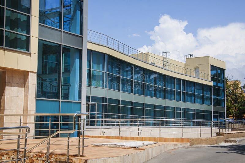 El vuilding moderno con las ventanas azules imagen de archivo libre de regalías