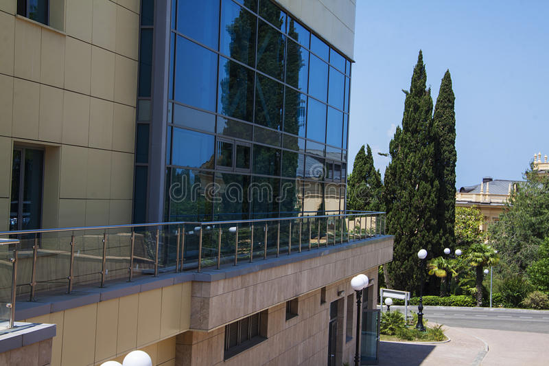 El vuilding moderno con las ventanas azules fotografía de archivo libre de regalías