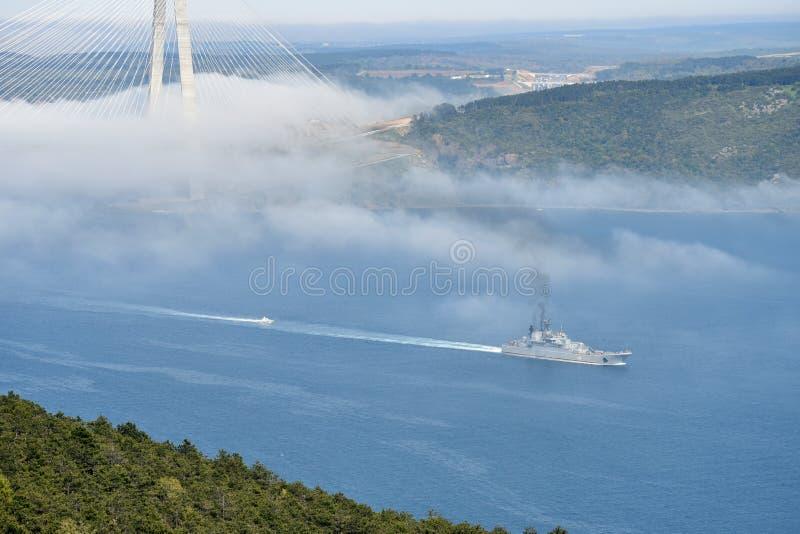 El wapship ruso pasa Bosphorus al Mar Egeo imagenes de archivo