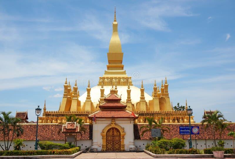 El wat de oro Phra de la pagoda ese Luang en Vientián Templo budista imagen de archivo