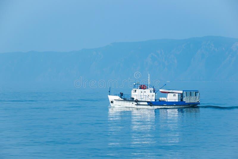 El waterbus con las velas de los turists en el lago Baikal imágenes de archivo libres de regalías