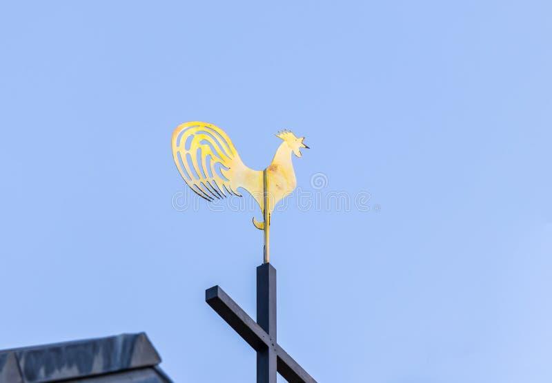 El Weathervane hizo bajo la forma de gallo de oro en el tejado de la iglesia de San Pedro en Gallicantu en Jerusalén, Israel fotografía de archivo libre de regalías