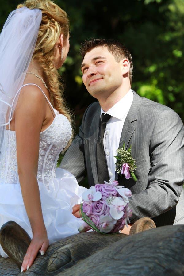 El Wedding - novia y novio en parque fotos de archivo libres de regalías