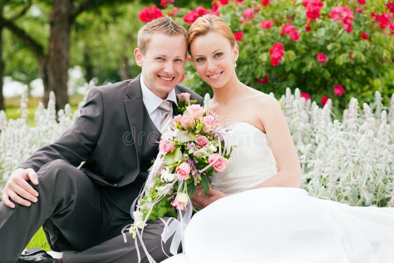 El Wedding - novia y novio en un parque imagen de archivo libre de regalías