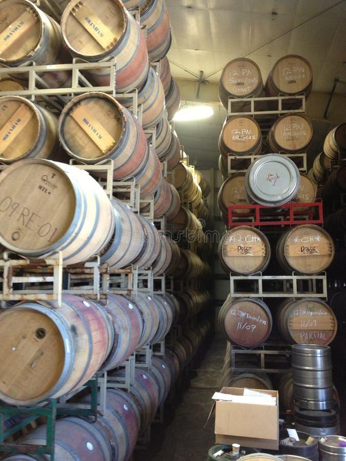 El whisky Napa Valley de los barriles de vino apiló el lagar de la fermentación del almacenamiento fotos de archivo