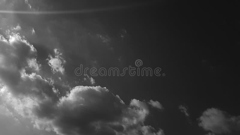El whith dramático gris oscuro del cielo se nubla el fondo natural del cloudscape del verano ninguna plantilla en blanco vacía de fotografía de archivo