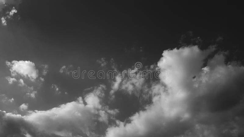 El whith dramático gris oscuro del cielo se nubla el fondo natural del cloudscape del verano ninguna plantilla en blanco vacía de imagen de archivo libre de regalías