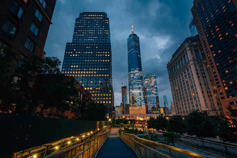 El World Trade Center y los edificios a lo largo de la calle del oeste en la noche, en Lower Manhattan, New York City fotografía de archivo