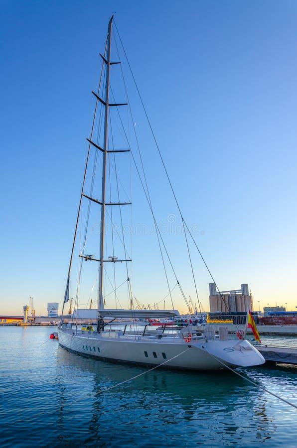 El yate blanco largo amarró en el puerto de Tarragona, España foto de archivo libre de regalías