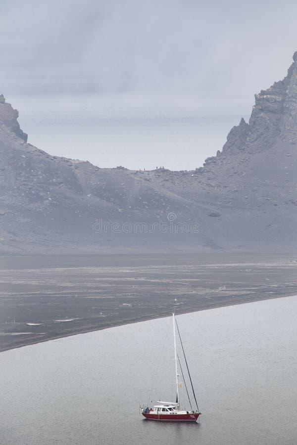 El yate náutico se encuentra en el anclaje de la Antártida, con la península antártica como telón de fondo fotos de archivo libres de regalías