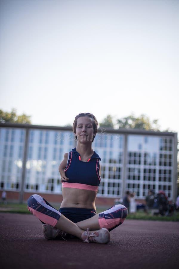 El yoga te hace sentir más consciente. imagen de archivo