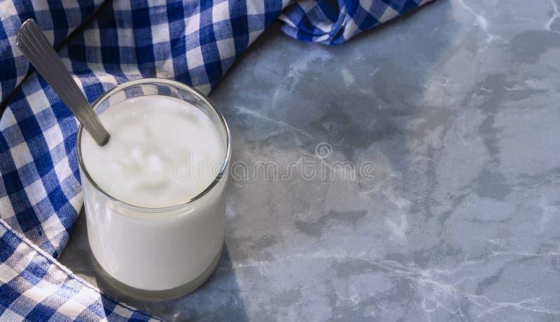 El yogur es un yogur sano del desayuno hecho de la leche fermentada por las bacterias añadidas, azucarado a menudo y condimentado fotografía de archivo