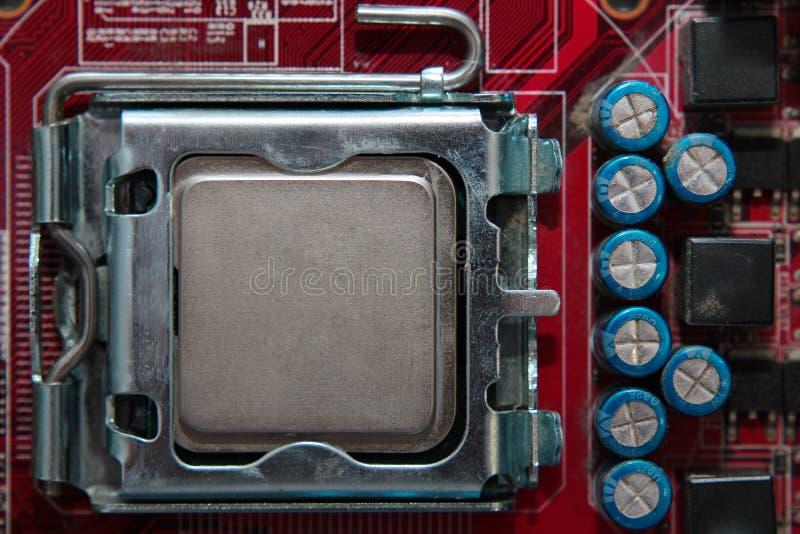 El zócalo de la CPU en la placa madre con instaló un procesador fotos de archivo