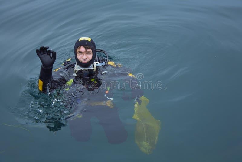 El zambullidor de equipo de submarinismo da la muestra aceptable foto de archivo libre de regalías