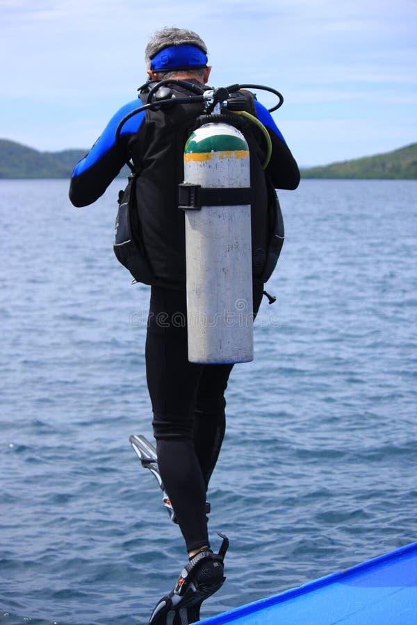 El zambullidor de equipo de submarinismo toma la zambullida imagen de archivo libre de regalías